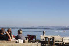 Uteområde i sjøkanten med spiseplasser