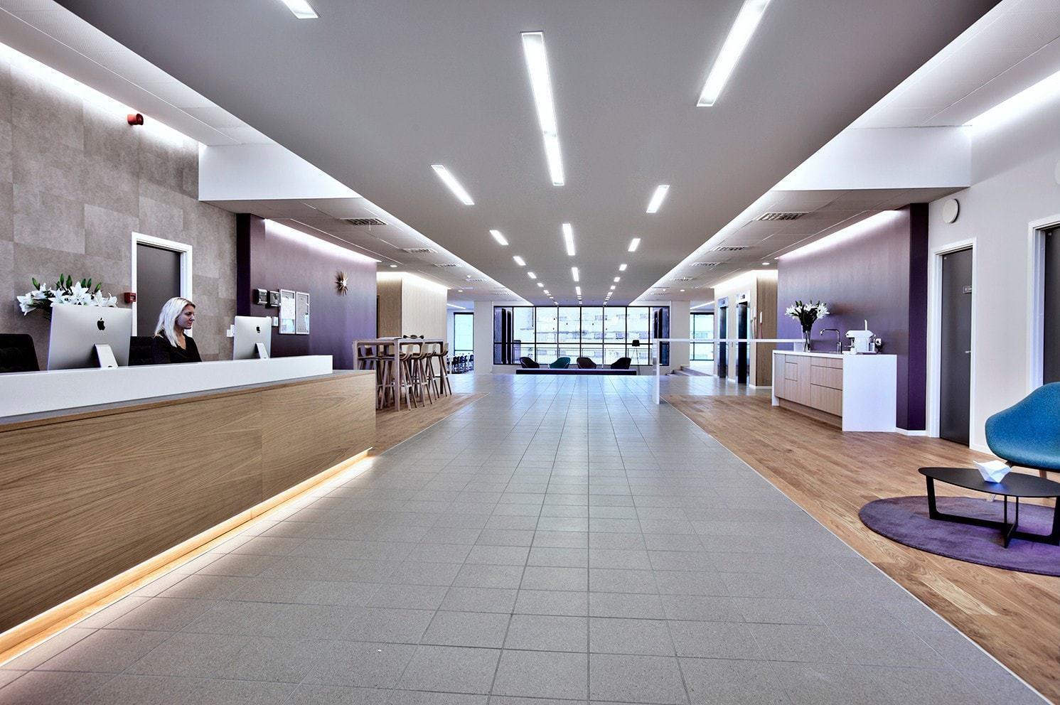 Åpen og innbydende resepsjon og lobby