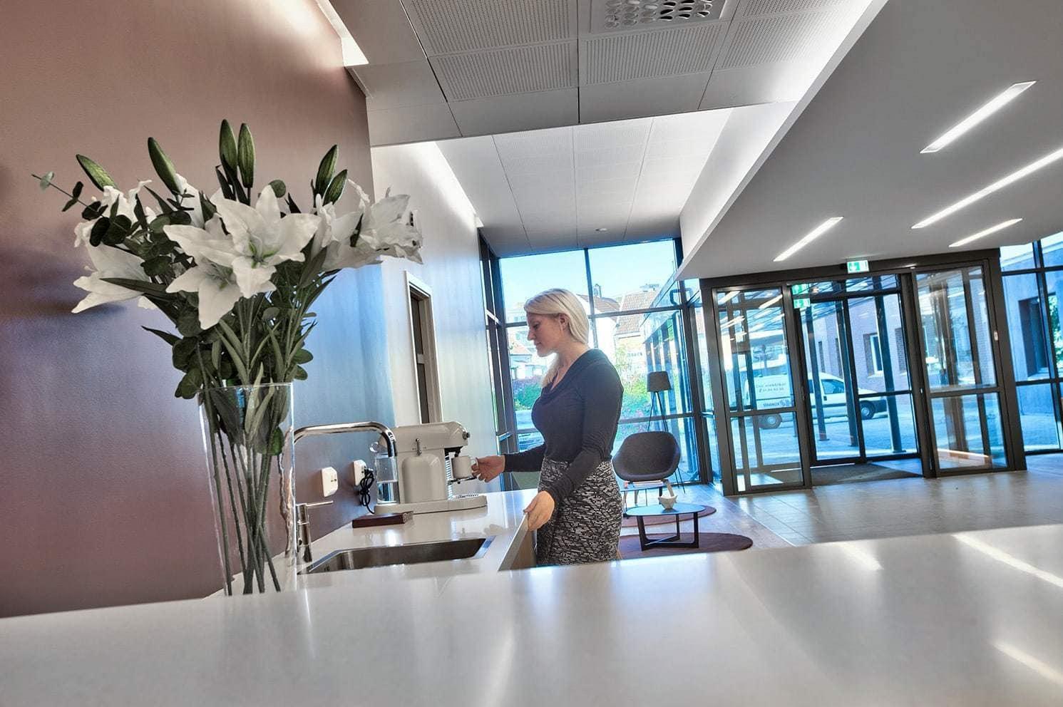 Kaffebar i den åpne og innbydende lobbyen