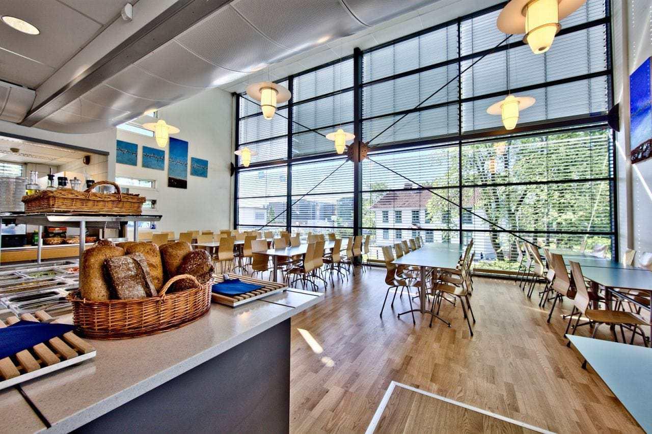 Lys felles kantine med flotte panoramavinduer